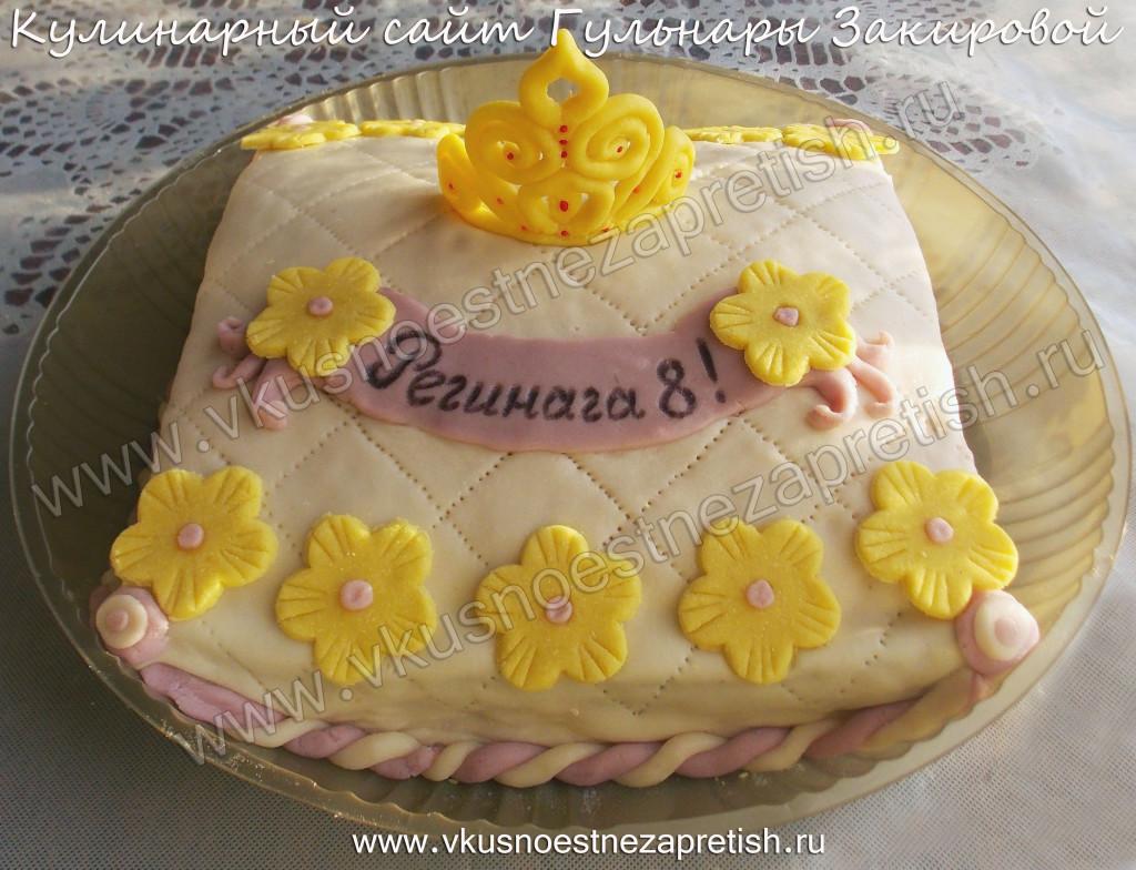 Бисквитный торт-подушка с короной девочке